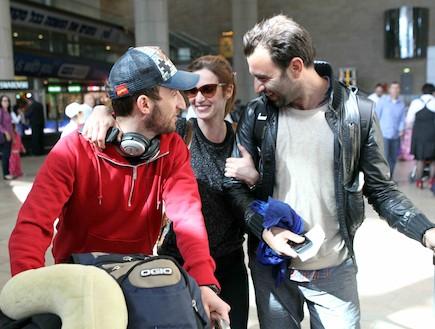 יעל גולדמן אוספת את אורי פפר משדה התעופה (צילום: עודד קרני)