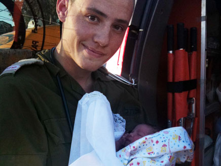 """פרמדיק של צה""""ל עם התינוקת, אתמול (צילום: דו""""צ)"""