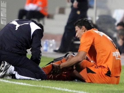 איבן גארידו מטופל אחרי הפציעה שלו (יוסי ציפקיס) (צילום: מערכת ONE)