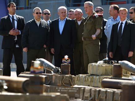 """ראש הממשלה והרמטכ""""ל עם הנשק שנתפס (צילום: רויטרס)"""