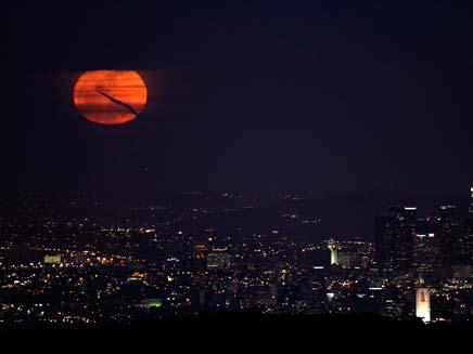 ירח מלא במיוחד בשמי לוס אנג'לס