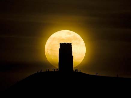 הירח באתר העתיקות בגלסטונברי, אנגליה, הלילה