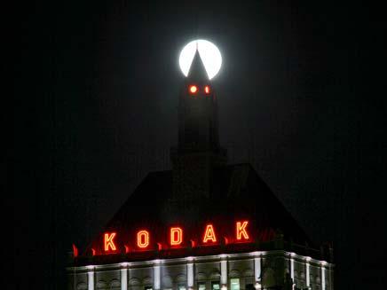 """הירח המלא """"נחצה"""" בבניין קודאק, ניו יורק"""