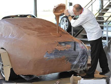 מכונית מכוסה בשוקולד