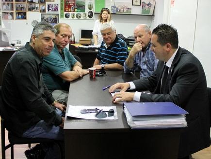 פרוספר אזגי ואמנון רז במהלך הפגישה (מור שאולי) (צילום: מערכת ONE)