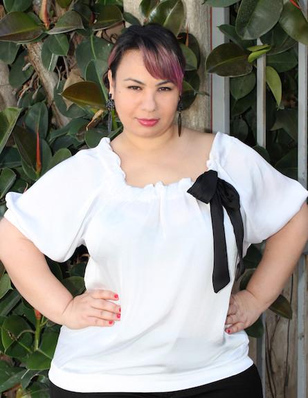אמירה בוזגלו בחולצה לבנה ל-styleriver (צילום: שי גולדשטיין לstyle river)