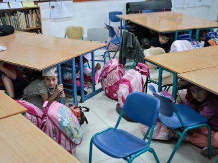 ילדים מתגוננים תחת שולחנות בכיתה (צילום: חדשות 2)