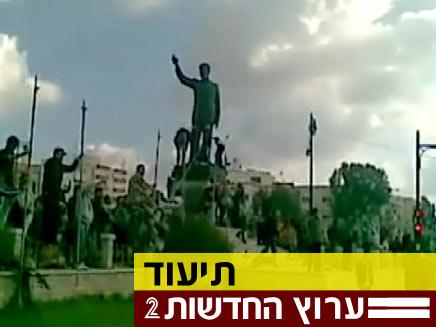 תיעוד- מפגינים מפילים את פסלו של אסד האב בסוריה (צילום: חדשות 2)