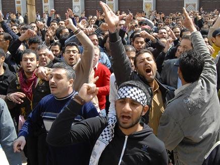 """הפגנות בסוריה. """"אסד נשאר הסרטן האמיתי"""". (צילום: AP)"""