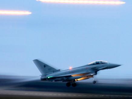 מטוס יוצא לתקיפה בלוב (צילום: חדשות 2)