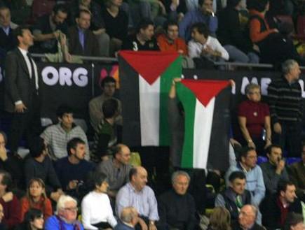 דגלי פלסטין ביציע ויטוריה (צילום: מערכת ONE)