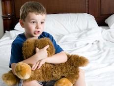 ילד מפוחד אחרי סיוט (צילום: Josh Rinehults, Istock)