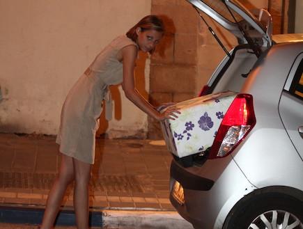 סיון אברהמי קונה רהיטים (צילום: אלעד דיין)