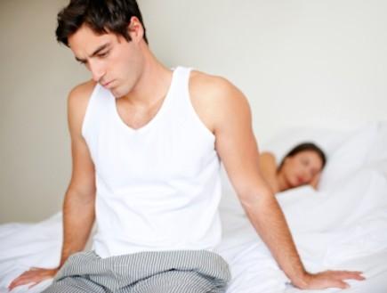גבר מבואס ואישה במיטה - טלנובלה (צילום: Jacob Wackerhausen, Istock)
