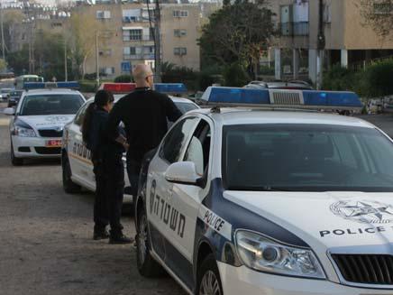 שוטרים מחוץ לזירת הרצח, היום בחדרה