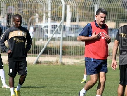 שחקני אשדוד באימון ריצה עם גרגורי (מור שאולי) (צילום: מערכת ONE)