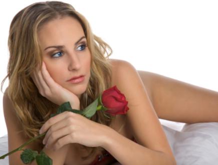 מחזיקה ורד (צילום: istockphoto)