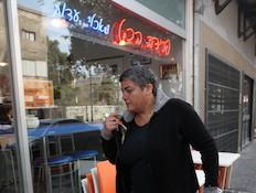 פרידה הכט נכנסת למסעדה פפראצי (צילום: ראובן שניידר)