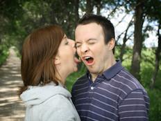 אישה מנשקת גבר שנגעל מהרעיון