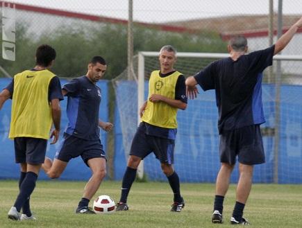 עומר גולן ומגמדוב באימון. כוחו של עוזר המאמן עדיין במותניו(שי לוי) (צילום: מערכת ONE)