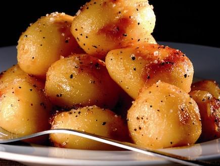 תפוחי אדמה מזוגגים בקרמל (צילום: נלי שפר,  יחסי ציבור )