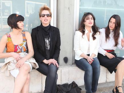 בנות מחוברות 2 מתחת לשלט באיילון (צילום: ראובן שניידר)