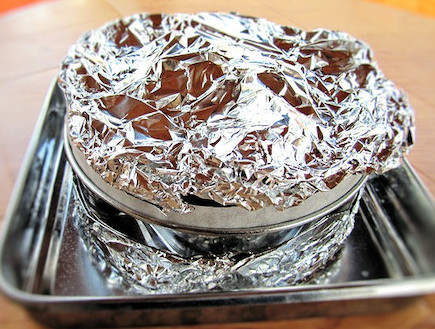 עוגת שוקולד לפסח - עוטפים את התבנית בנייר כסף (צילום: דליה מאיר, קסמים מתוקים)