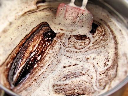 עוגת שוקולד לפסח - קיפול תערובת השוקולד (צילום: דליה מאיר, קסמים מתוקים)
