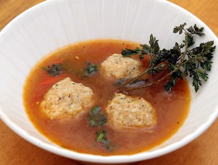מרק עוף עם פלפלים וקניידלך (צילום: עודד קרני)