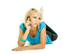 בחורה מדברת בטלפון (צילום: istockphoto)