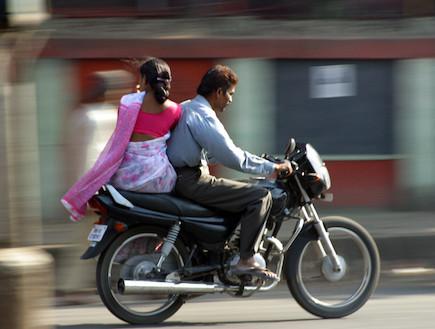 אופנוע בהודו (צילום: נעם וינד)