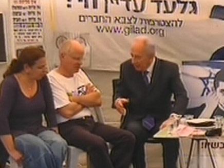 פרס בביקור אוהל גלעד שליט (צילום: חדשות 2)