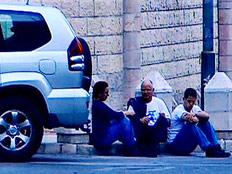"""משפחת שליט, על המדרכה ליד בית רה""""מ (צילום: חדשות 2)"""
