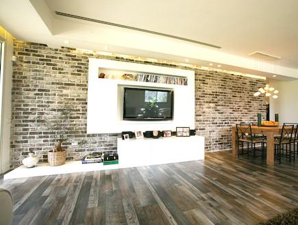 """קיר לבנים בסלון (צילום: גורי ומיה, """"בארבע עיניים"""")"""