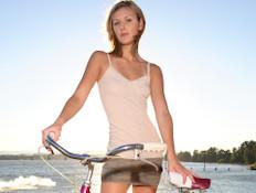 אשה עם אופניים (צילום: Peter Kim, Istock)