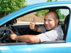 גבר נוהג ומבקש עזרה ממישהו ברחוב (צילום: vladacanon, Istock)
