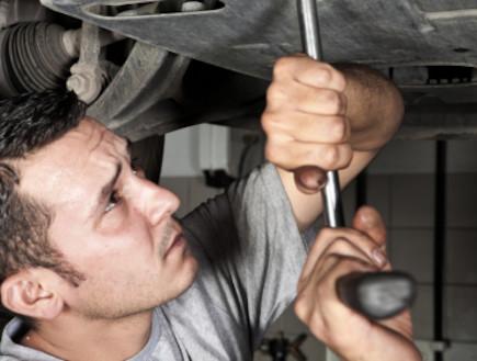 גבר מתסבך בתיקון מכונית (צילום: Niko Guido, Istock)