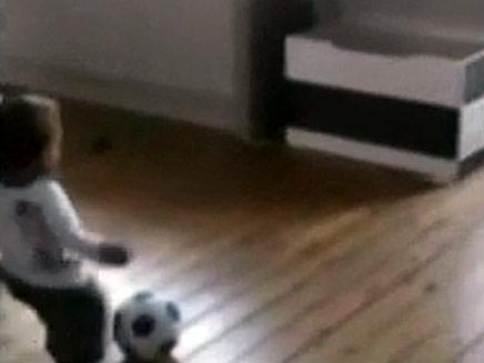 הבועט בחיתולים (צילום: יוטיוב)