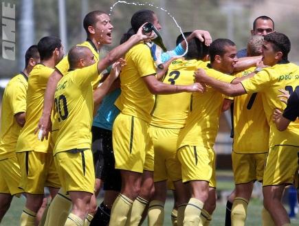 שחקני מכבי והשמפניה. אליפות צהובה (ליאור טימור) (צילום: מערכת ONE)