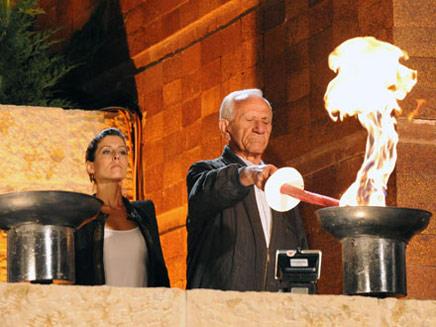 ניצול השואה שמחה אפלבאום מדליק משואה בטק (צילום: יד ושם)