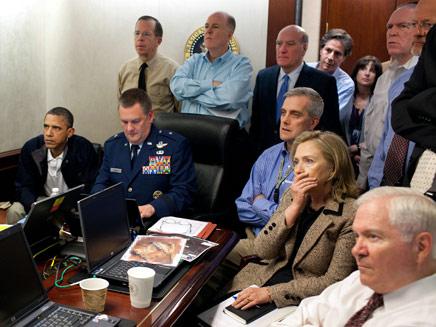 אובמה והילארי צופים בחיסול בן לאדן (צילום: AP)