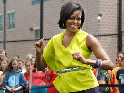 מישל אובמה מפזזת לצלילי ביונסה (צילום: AP)