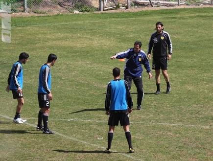 רוני לוי מכוון את שחקניו באימון (גיא בן זיו) (צילום: מערכת ONE)