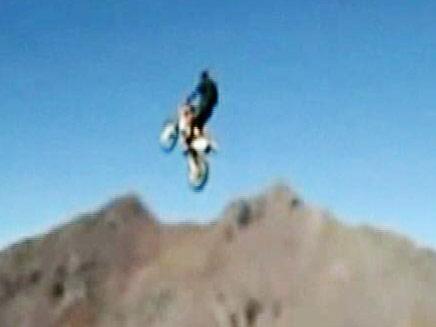 האופנוען האמיץ שזינק מהאנדים (צילום: חדשות 2)