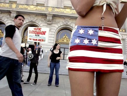 חצאית דגל ארצות הברית (צילום: Justin Sullivan, GettyImages IL)