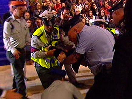 המאבטחים מפנים את יואל שליט מהבמה (צילום: חדשות 2)