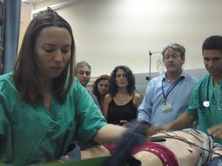 """צופים ב""""ניתוח"""" בתל השומר, היום (צילום: חדשות 2)"""