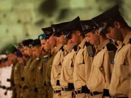 ישראל תרכין ראשה לזכר הנופלים (צילום: AP)