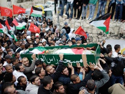 מפגינים בלווית הנער הפלסטיני (צילום: רויטרס)