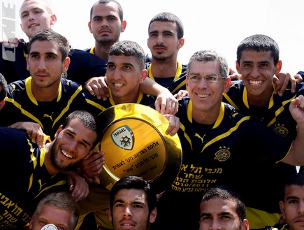 שחקני הנוער חוגגים אליפות עם גולדהאר (יניב גונן) (צילום: מערכת ONE)